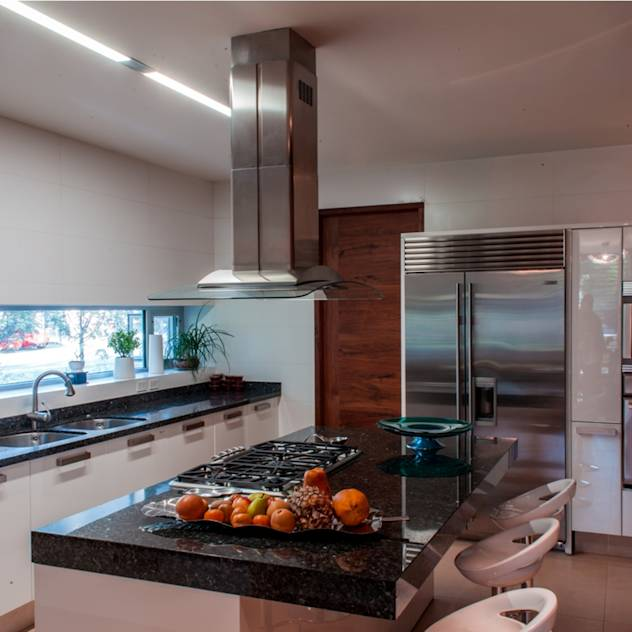 Modern kitchen by GRUPO VOLTA