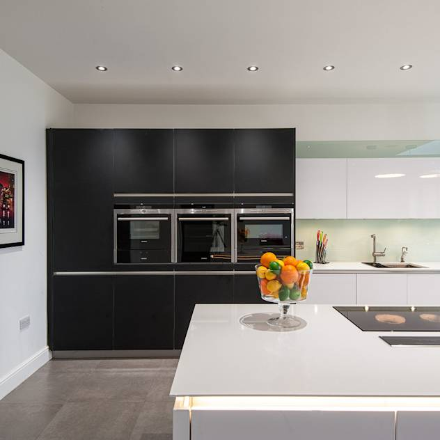 Urban Style Kitchen – White handle-less kitchen with satin black glass units : Cozinhas modernas por Urban Myth