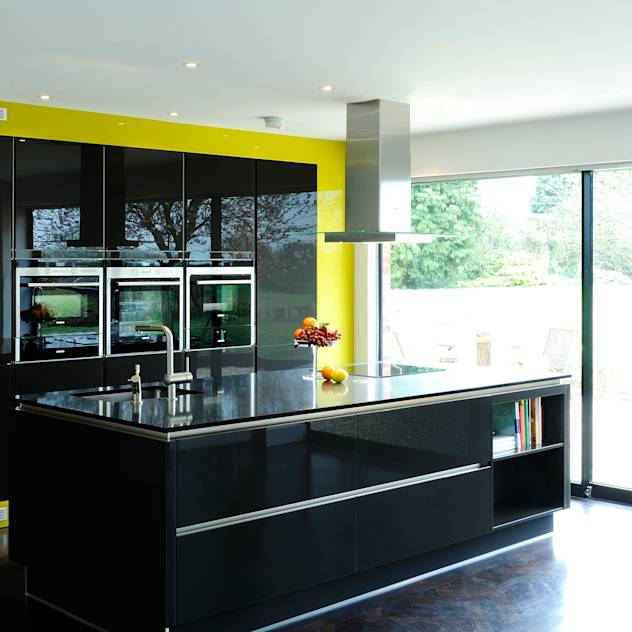 A modern kitchen in rural location : Cozinhas modernas por Urban Myth