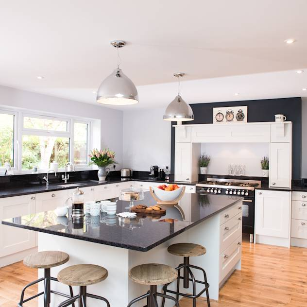 Daval Painted Kitchen—Kitchen Design Surrey : Classic style kitchen by Raycross Interiors