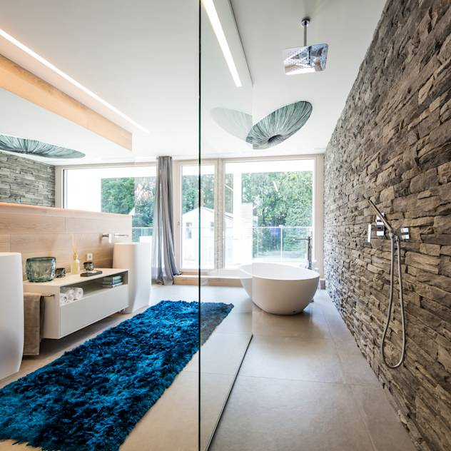 Wellnessoase : Modern bathroom by Die HausManufaktur GmbH