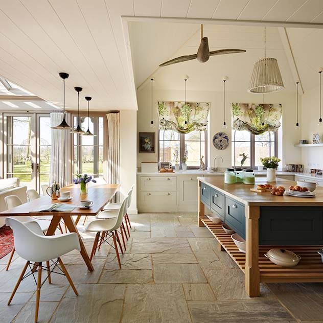 Orford | A classic country kitchen with coastal inspiration : Cozinhas clássicas por Davonport