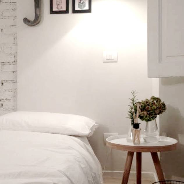 The Studio. (Design in 15mq ) : Camera da letto in stile scandinavo di Moodern