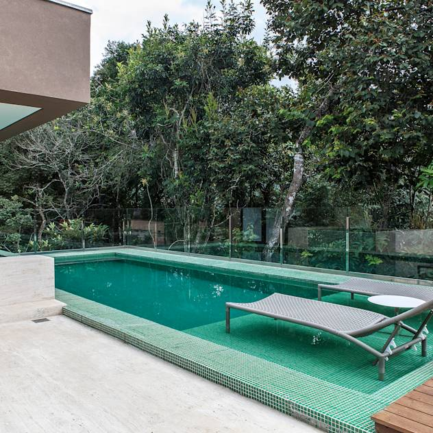 Modern pool by Márcia Carvalhaes Arquitetura LTDA.