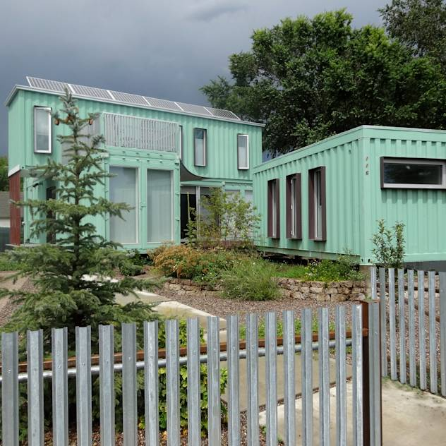 Container home front street view : Casas modernas de Ecosa Institute