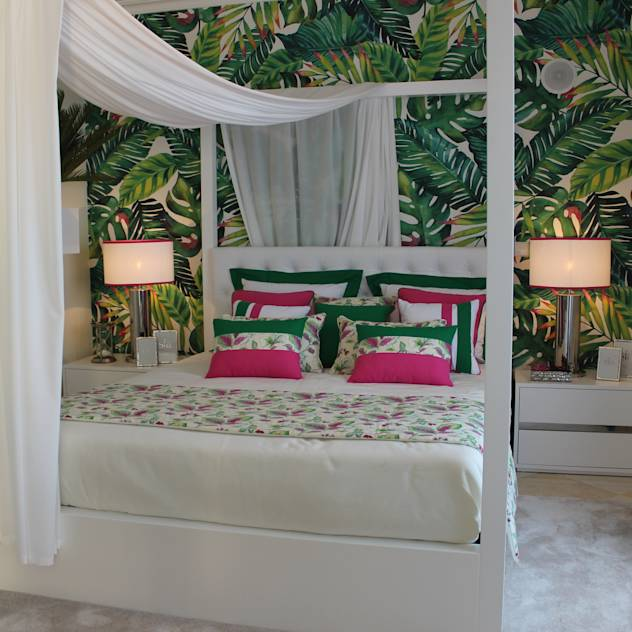 Quarto de Hóspedes 'Cabana Tropical Verde e Fúcsia' By Andreia Louraço Design e Interiores : Tropical style bedroom by Andreia Louraço--Design e Interiores