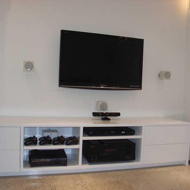Bespoke TV and audio visual equipment cabinet : Salas multimedia modernas de Style Within