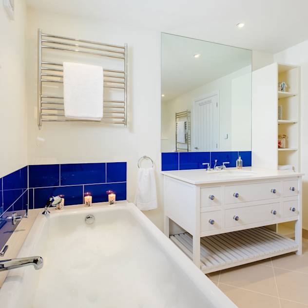 Tregoose, Polzeath : Modern bathroom by The Bazeley Partnership