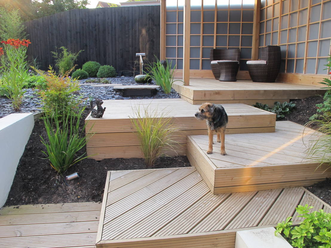 6 sophisticated outdoor decks for entertaining for Split level garden designs
