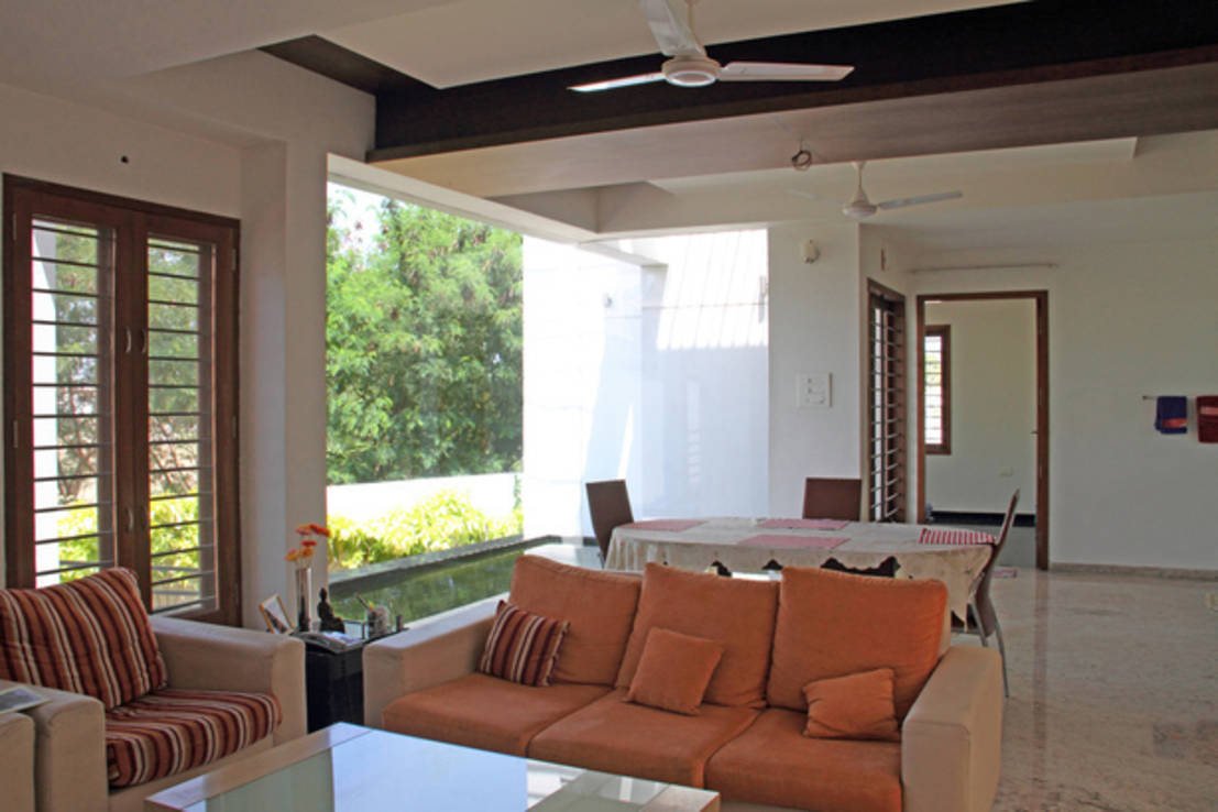 RESIDENCE FOR MRS. & MR. VASUKI RAJAGOPALAN : Modern living room by Muraliarchitects