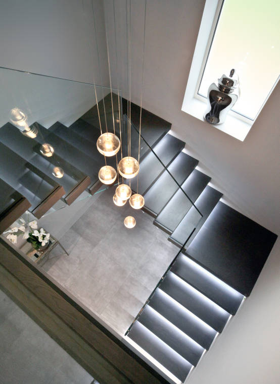 Floating tread staircase with glass balustrade : Modern corridor, hallway & stairs by Railing London Ltd
