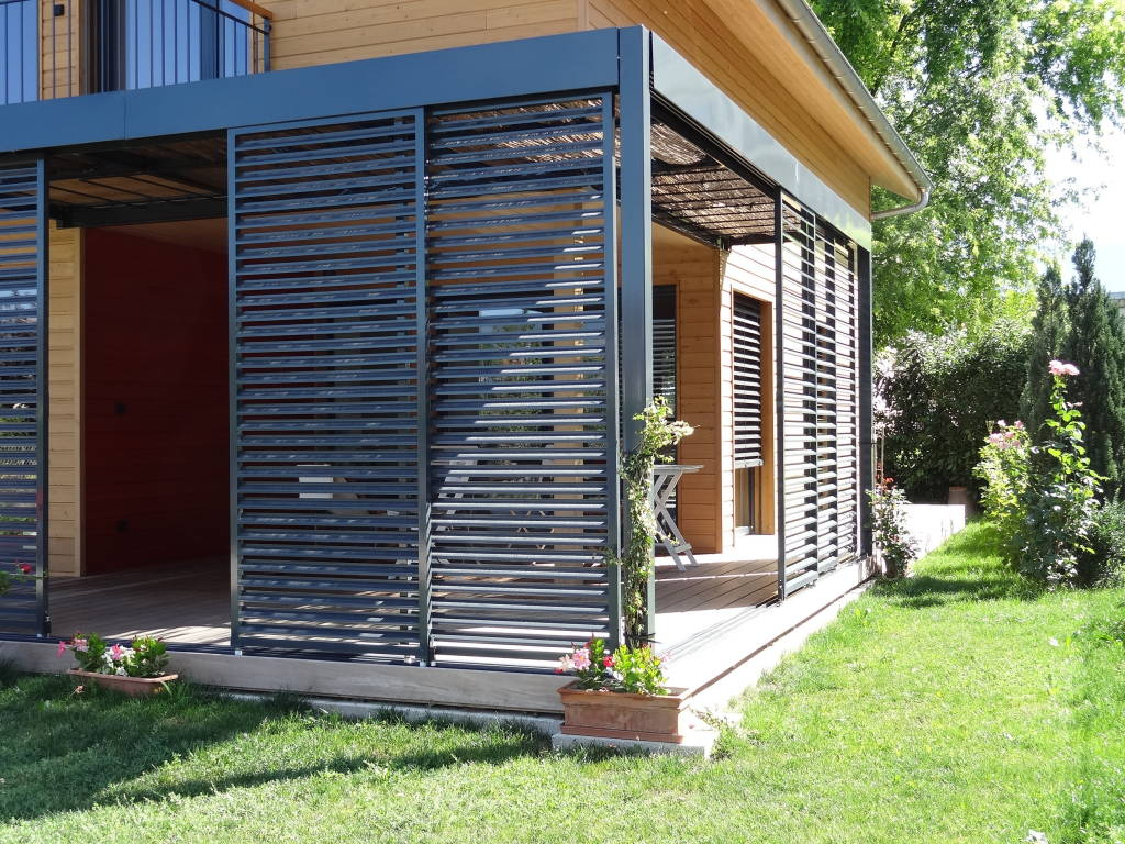 photos de maisons de style moderne panneaux coulissants brise soleil de la terrasse sur homify. Black Bedroom Furniture Sets. Home Design Ideas