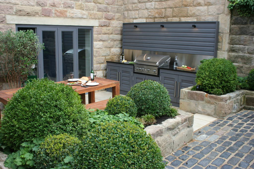 Urban courtyard for entertaining for Courtyard entertaining ideas