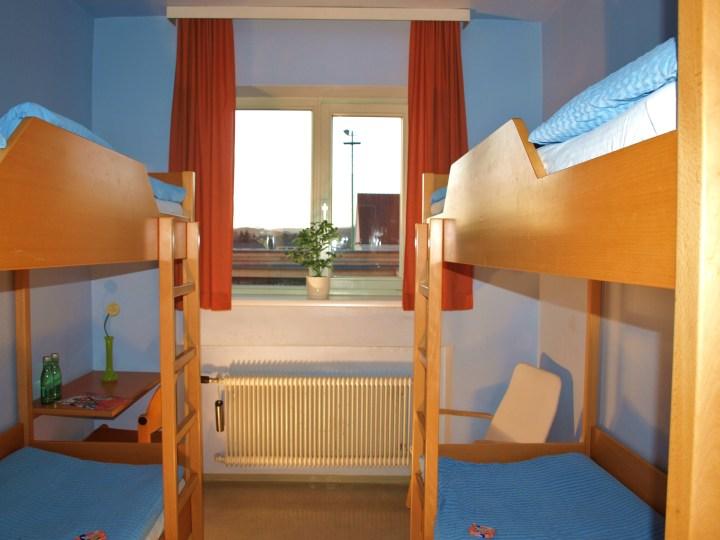 Etagenbett Für Jugendherberge : Metall etagenbett in saubere herberge zimmer stockfoto bild