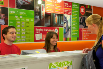 Buenos Aires - Hostel Suites Florida : Hostel guest checks in at reception