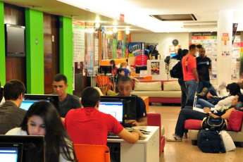 Buenos Aires - Hostel Suites Florida : Hostel guests in Hostel Suites Florida common room using computers
