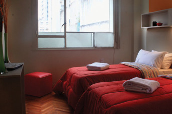 Buenos Aires - Hostel Suites Florida : Red twin bedroom in Hostel Suites Florida