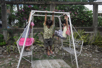 Cebu City - Four Reasons Place : Children playing in garden at Four Reasons Place