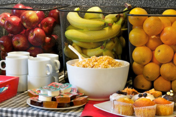 Buenos Aires - Hostel Suites Florida : Hostel breakfast selection of fruit, muffins and cereal in Hostel Suites Florida