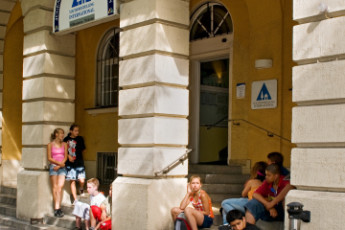 München - City : children sitting on the stairs in front of Munich City Hostel, Germany