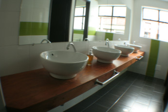 Bogota - La Pinta Hostel : La Pinta Hostel sinks in a communal bathroom