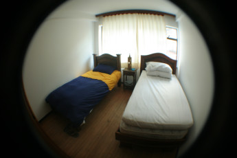Bogota - La Pinta Hostel : La Pinta Hostel private dorm room with two single beds