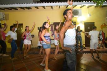 Cartagena - El Viajero Hostel : El Viajero Hostel guests in salsa dancing lessons