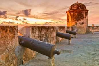 Cartagena - El Viajero Hostel : Cannons on top of a castle, nearby El Viajero Hostel