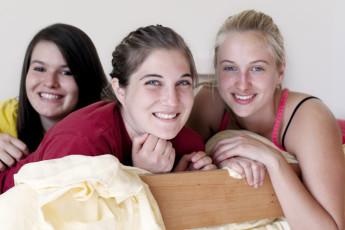 Stuttgart - Neckarpark : tres mujeres en el dormitorio en Stuttgart NeckarPark