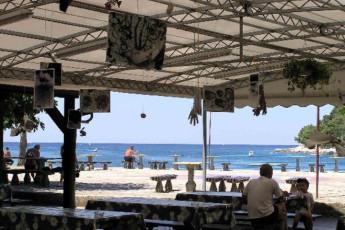 Pula : hostal Pula los huéspedes disfrutar del patio bancos junto al mar