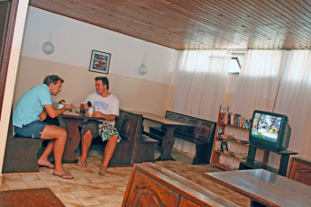 Dubrovnik : Youth Hostel Dubrovnik guests in the dining area eating and watching tv