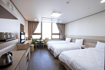 Seoul - HI Seoul Youth Hostel : Triple room with single beds at HI Seoul Youth Hostel