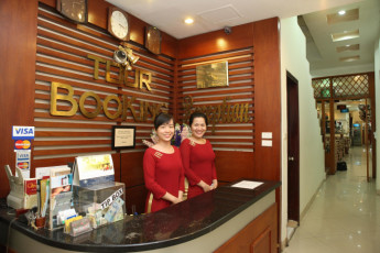 Hanoi - Rendezvous Hotel : People smiling at reception at Hanoi Rendezvous Hotel