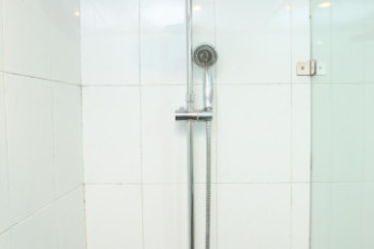 Hanoi - Rendezvous Hotel : Shower cubicle at Hanoi Rendezvous Hotel