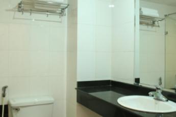 Hanoi - Rendezvous Hotel : Toilet and sink at Hanoi Rendezvous Hotel