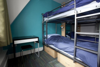 YHA London St Pauls : YHA St Pauls London dorm room with blue bunk beds