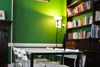 YHA London St Pauls : YHA St Pauls London seating area and books