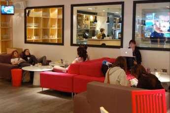 YHA London Central : YHA London Central guests enjoying the hostel lounge