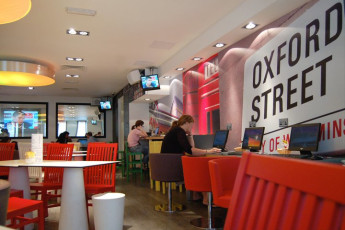 YHA London Central : dis Londres Central clients utilisant des ordinateurs dans le café Internet
