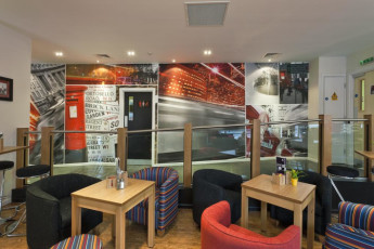 YHA London St Pancras : YHA St Pancras hostal cafe asientos
