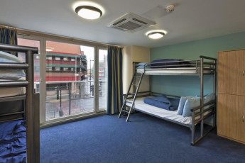 YHA London St Pancras : YHA St Pancras dorm room with two bunk beds and window view