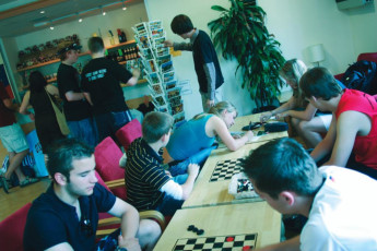 YHA Oxford : YHA Oxford hostel guests playing draughts
