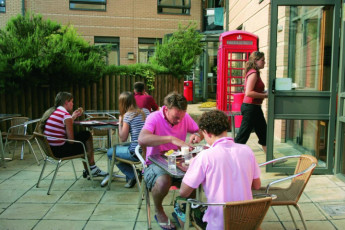 YHA Oxford : dis Oxford clients manger sur la terrasse