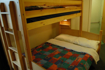 YHA Oxford : YHA Oxford dorm room with double and single bunk bed