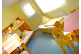 Klagenfurt - Universitätsviertel : Dorm room with bunk and single beds