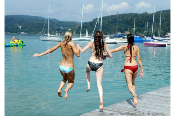 Klagenfurt - Universitätsviertel : Girls jumping into water on dock