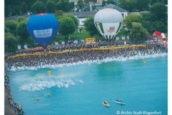 Klagenfurt - Universitätsviertel : Hot air balloons over the sea with crowds of people