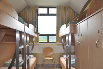 Innsbruck -  Reichenauerstrasse : Dorm with bunk beds and storage