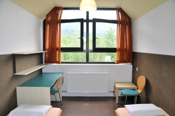 Innsbruck -  Reichenauerstrasse : Dorm with beds and table