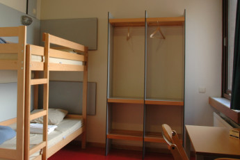 Brussels - Bruegel : Hostel room with bunk beds and desk